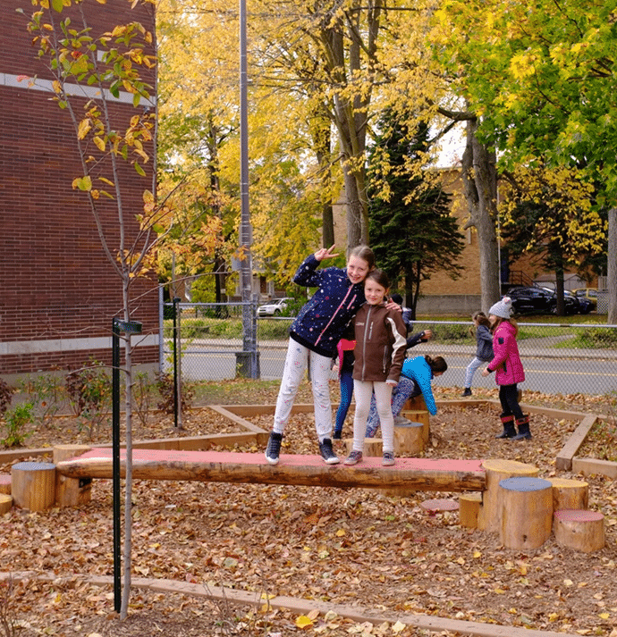 Les modules naturels de la cour de l'école la Grande-Hermine à Québec. Crédit photo : Sébastien St-Onge.