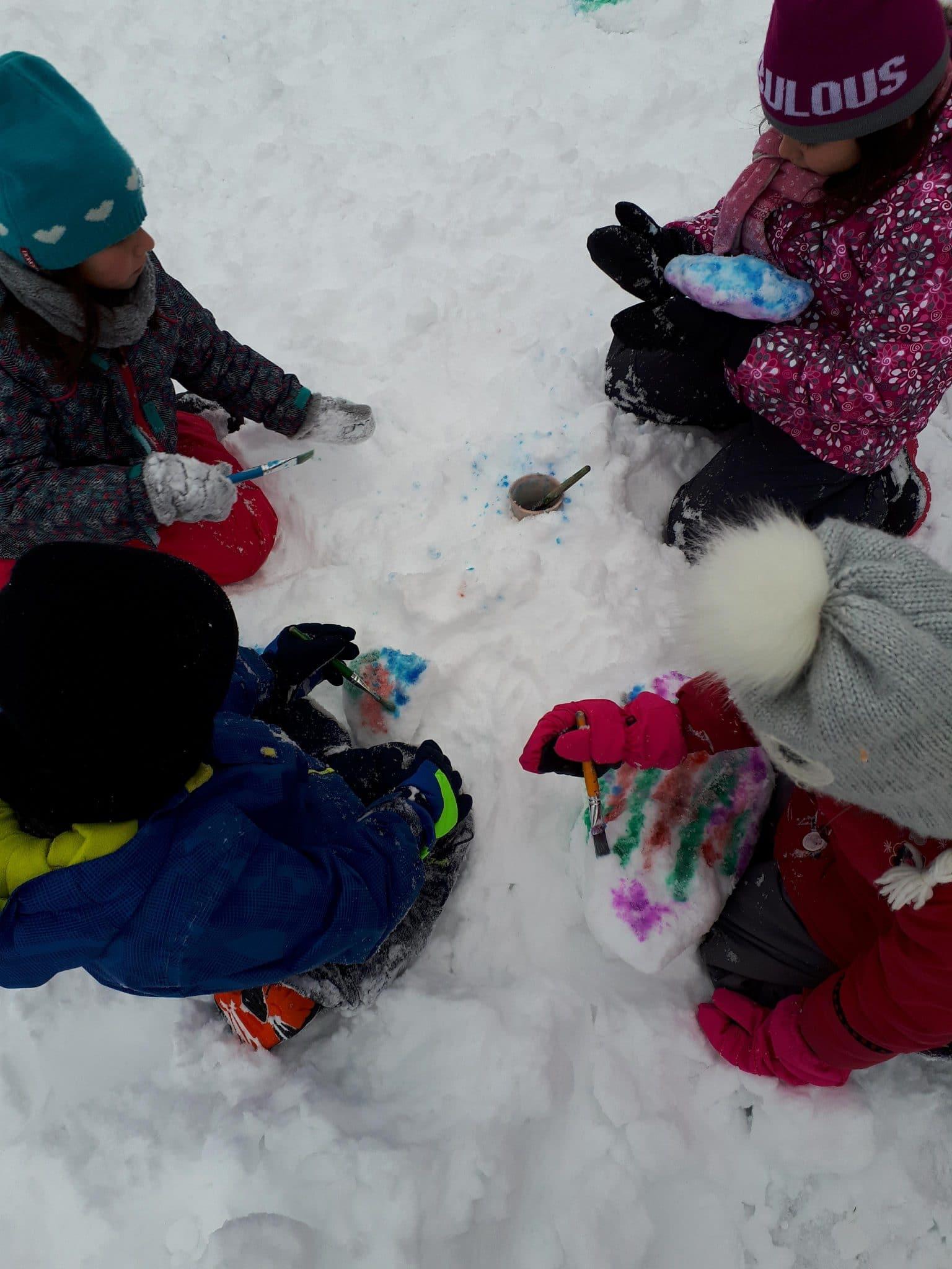 Peinture sur neige pour les élèves de l'école du Premier-Envol. Crédit : école du Premier-Envol.