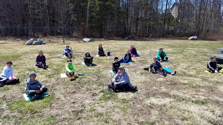 Une classe extérieure qui respecte la distanciation sociale, c'est faisable! Crédit photo : Marie-Andrée Bleau, enseignante